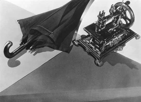 解剖台上のミシンと傘の偶然の出会いは美しいのか:ロートレアモンの詩をマン・レイの写真は再現していない。
