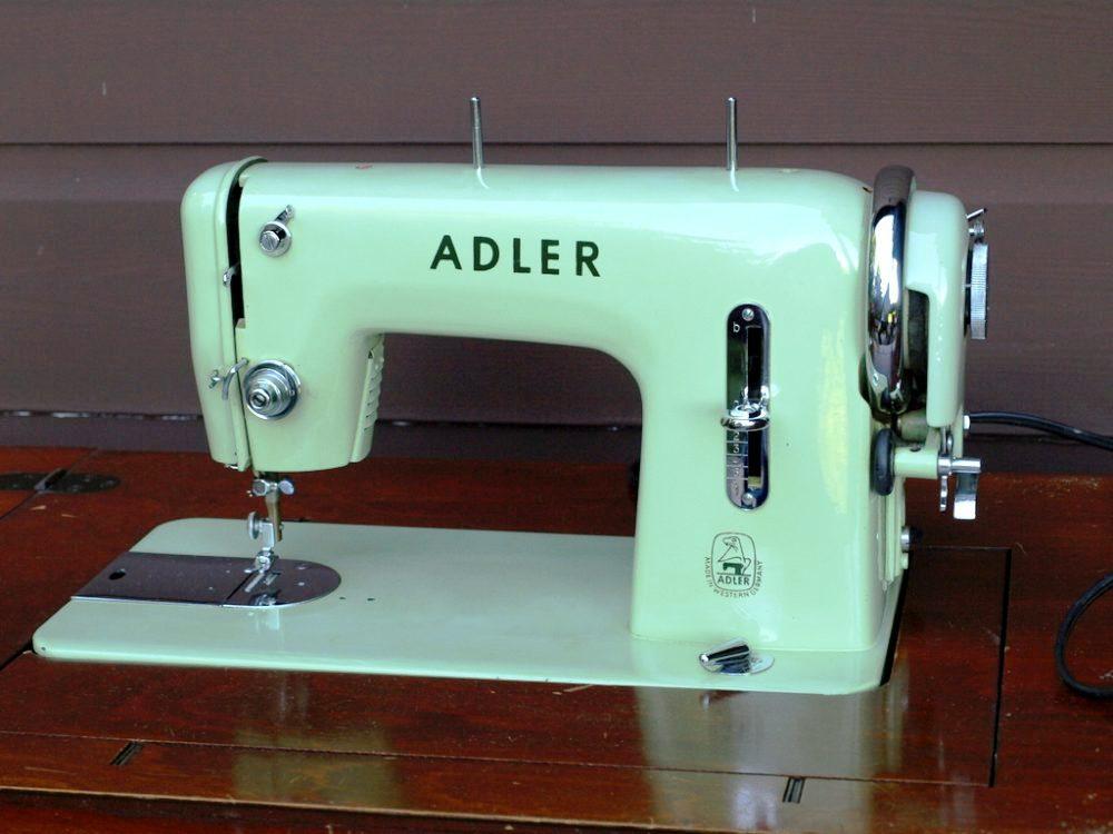 強力なアドラー152型直線縫ミシンで配線にも優れる。薄い緑色のボディ。