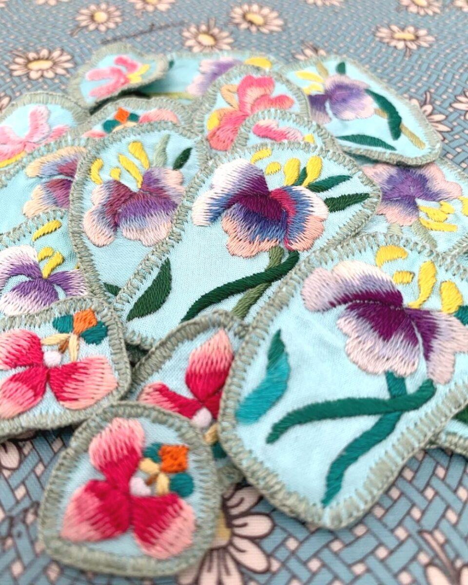 花菖蒲の刺繍。三年間放置して、やっと完成(^^)