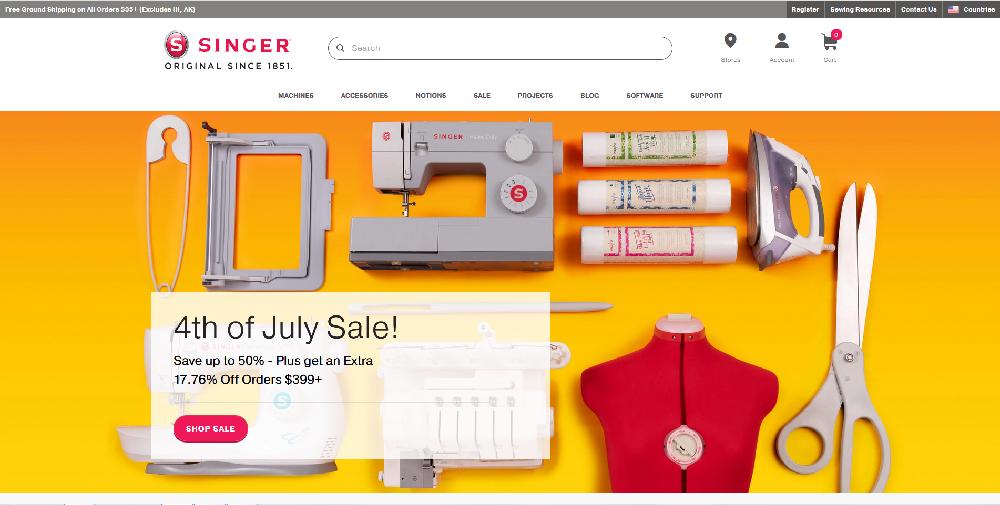 シンガー社の公式サイトのキャプチャ画像です。裁縫用具やミシンの模型などが賑やかに並んでいます。